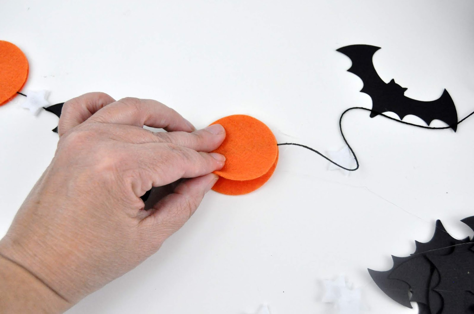 No-sew Halloween Felt Banner tutorial by Jen Gallacher using felt and paper. Halloween Banner tutorial. #feltbanner #halloweencraft #jengallacher #diecutting
