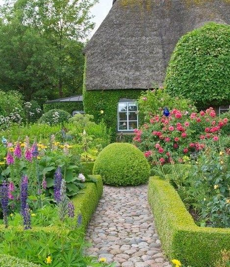 Stone Paths In Gardens: Formosa Casa: Topiaria, Volume E Movimento Ao Jardim