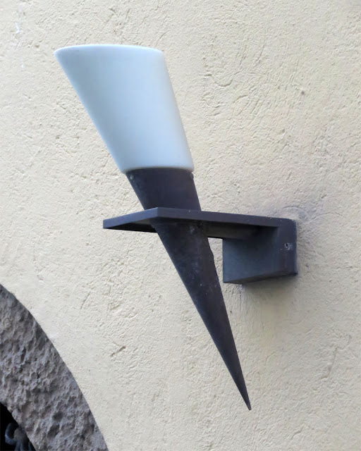 Curious street light, Via dei Bagnetti, Livorno