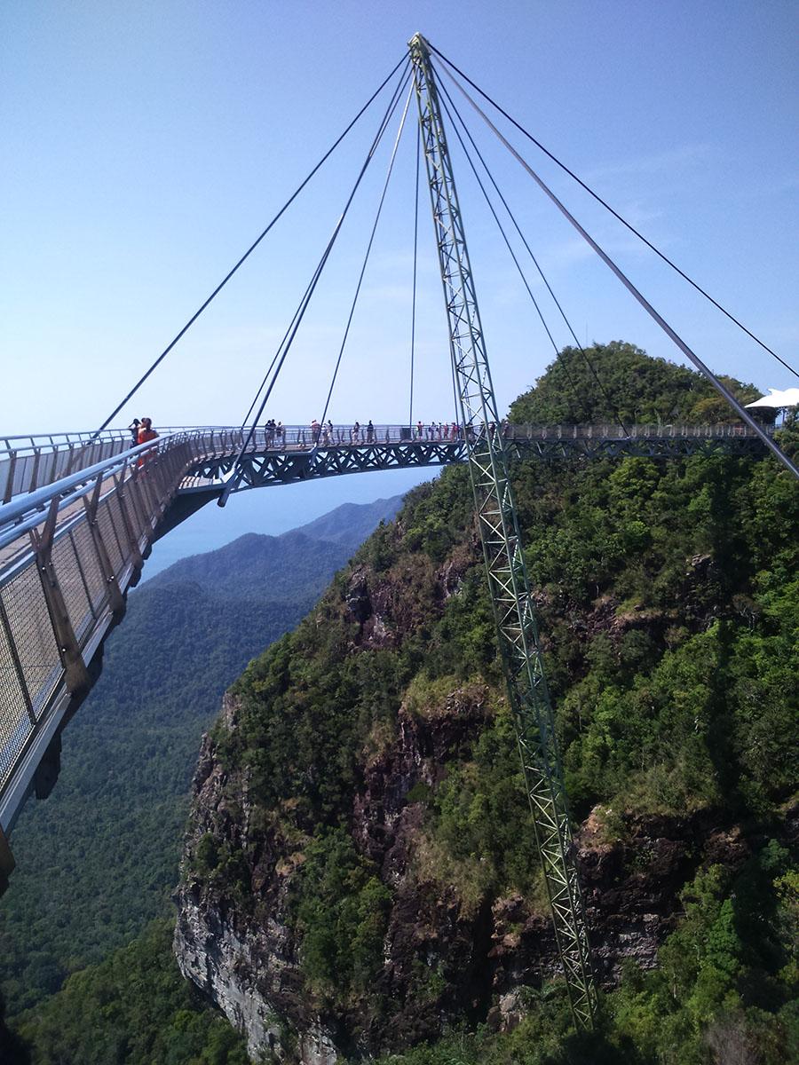 A ponte de vidro, em curva, de Langkawi, é a maior do planeta