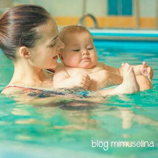 con cuántos meses puedo bañar a mi bebé en la piscina o playa primer baño recién nacido mar blog mimuselina consejos
