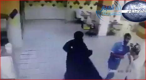 4 صور لفتاة تضرب شاب في جدة اليوم أمام أحد المطاعم