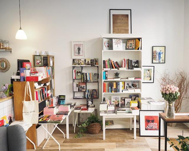 Rincón de la librería Amapolas en octubre con una estantería llena de libros y el mostrador