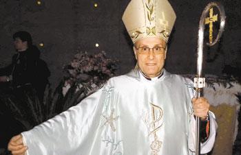 4cded4f47ba2d Bispo italiano celebra missa com vestes da grife Giorgio Armani
