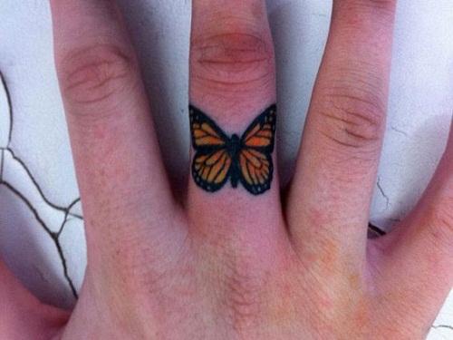 Borboleta laranja no Dedo Médio da Tatuagem