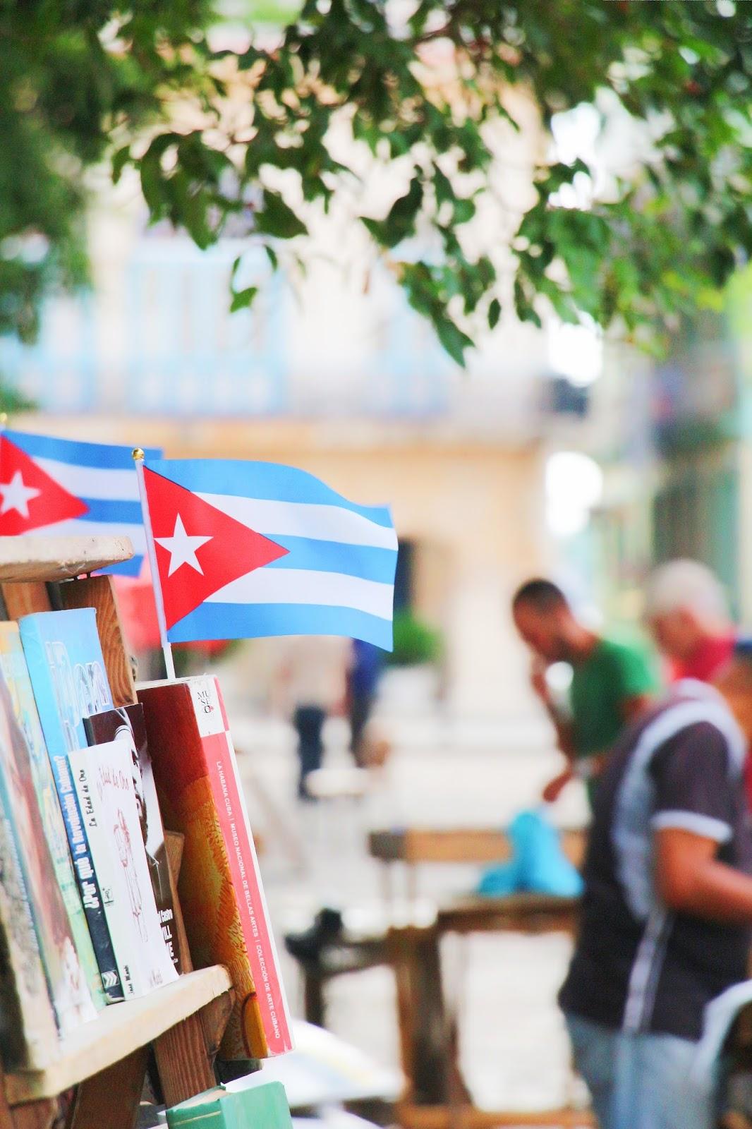 Drapeau Cubain sur les étales des bouquinistes - Plaza de Armas