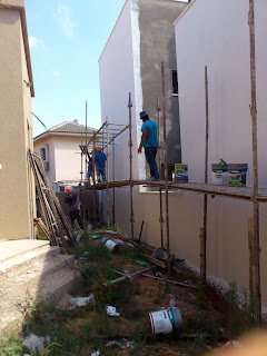 הפועלים מגיעים כמובטח ביום ראשון  להרכיב את הפיגומים בחלק האחורי של הבית