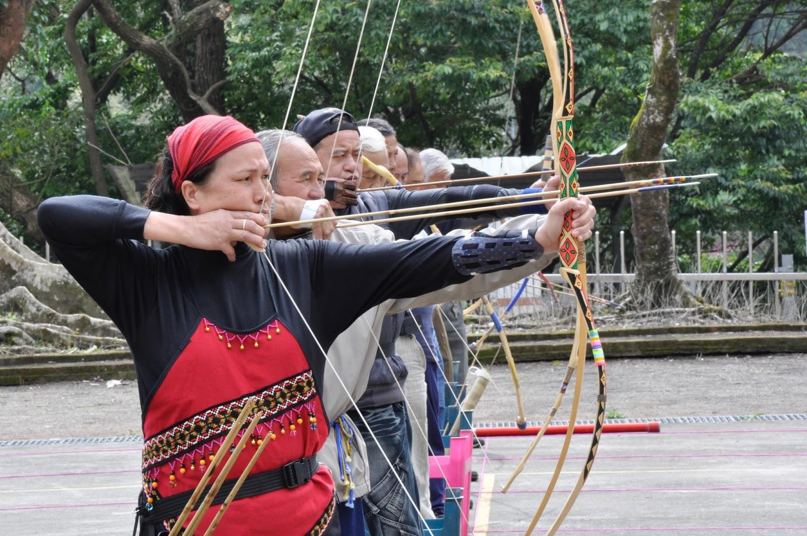 射箭是原住民傳統技藝,製作弓的工法,各族略有差異,並無固定形式,圖為眉溪部落射箭比賽中,巾幗不讓鬚眉。(圖/眉溪報導 蘇祐磊攝)