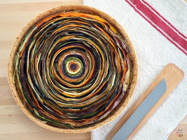 Tarta tipo quiche que alterna y juega con los colores de diferentes verduras como berenjena, calabacín, zanahorias de colores y chirivías