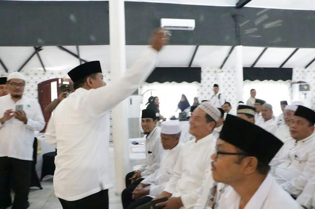 Walikota Tanjungbalai H M Syahrial saat mengupah-upah ke-113 orang calon jemaah haji di Pendopo Rumah Dinas Walikota Tanjungbalai, Rabu (11/7).