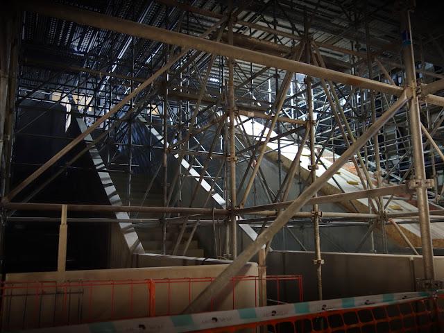 Les escaliers qui mèneront aux quais... encadrés par d'étranges dentelles métalliques...