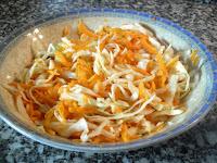 Coleslaw mezcada con el aliño de mayonesa, mostaza y vinagre