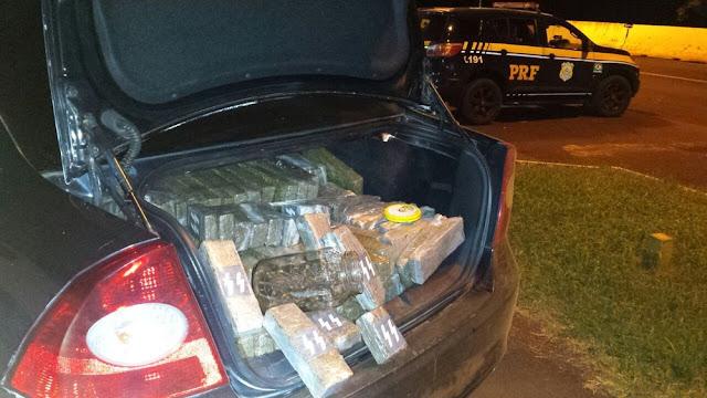 Droga estava escondida dentro de carro furtado (Foto: PRF/Divulgação)
