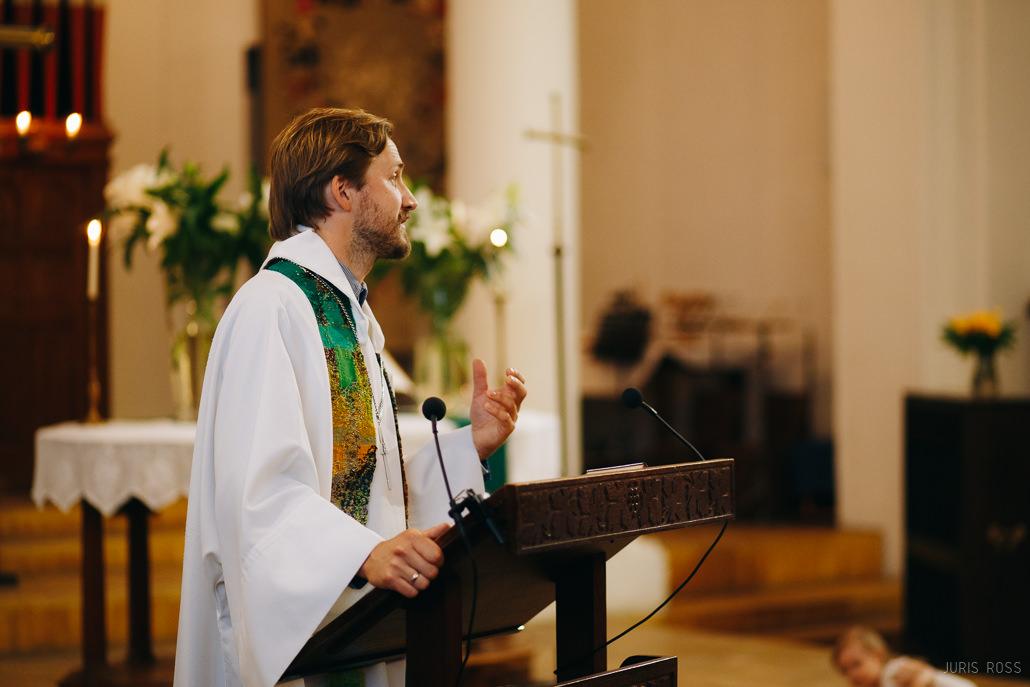 mācītājs kristībām
