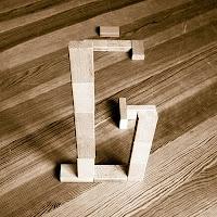 Takozlardan yapılmış Ğ harfi
