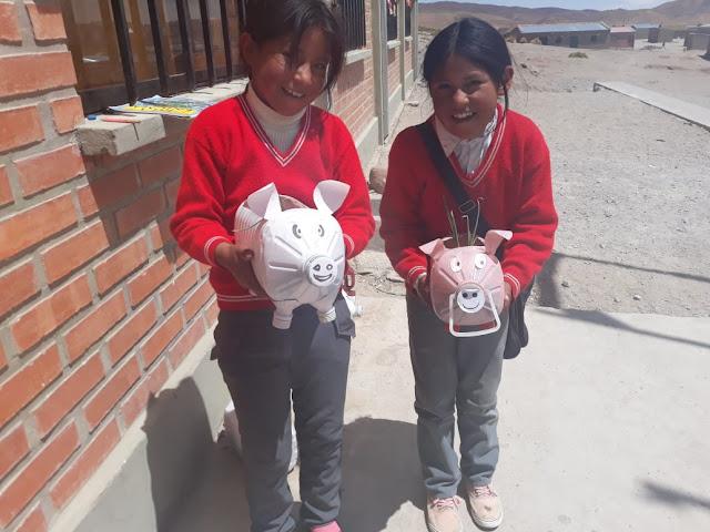 Aus Plastikbehältern für Küchenöl haben diese Schülerinnen kleine Schweinchen gebastelt, in die dann Gemüse eingepflanzt wurde. Sie sind ganz begeistert davon.