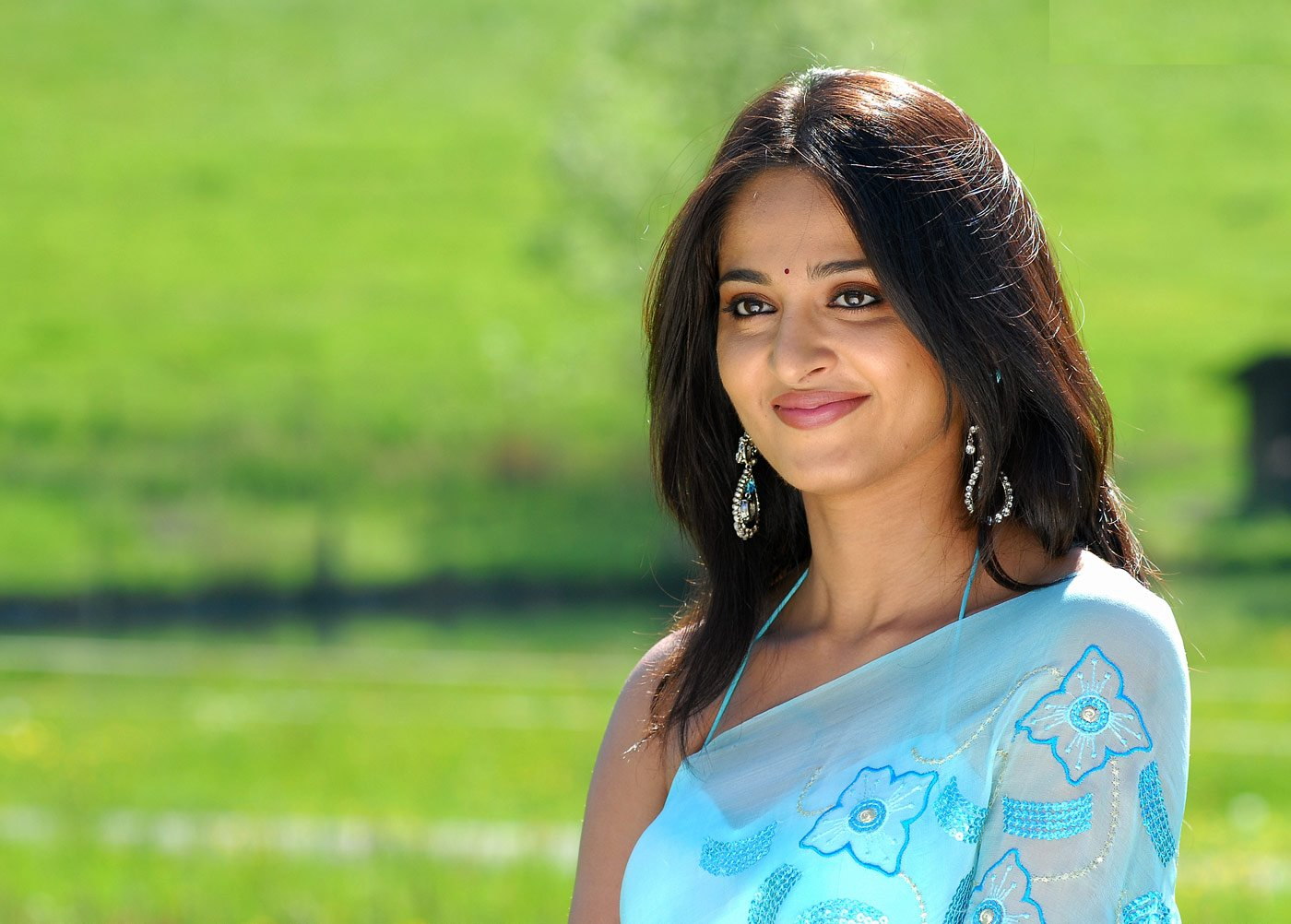 anushka shetty smiling hd images