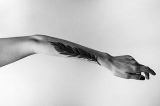 tatuaje pluma en antebrazo 1