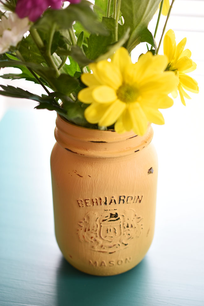 how to paint and distress a mason jar - #diy #crafts #decor