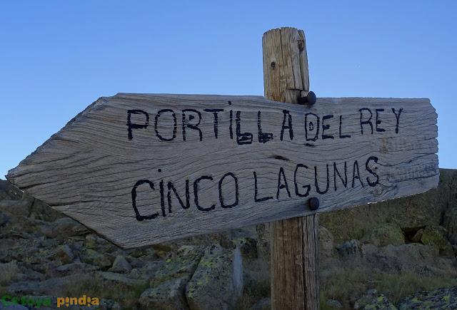 Letreros con indicaciones de rutas en la Sierra de Gredos