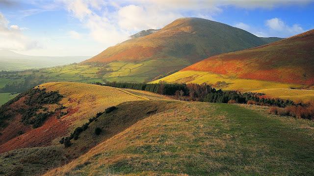 Heuvels of bergen in de herfst