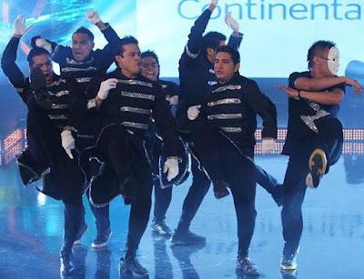 Fotos de integrantes de la Orquesta Hermanos Yaipén bailando