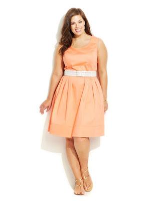 Персиковое платье с широкой юбкой с ремнем на полной девушке с фигурой Песочные часы