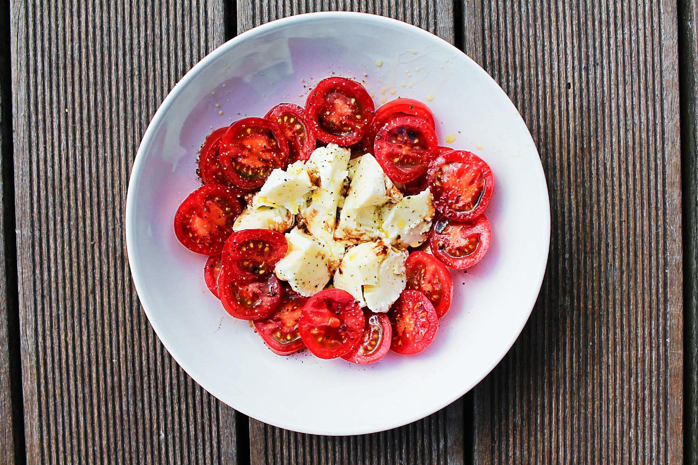 Tomaten und Mozzarella auf dem Bunbo-Hausboot | Arthurs Tochter kocht. von Astrid Paul. Der Blog für food, wine, travel & love