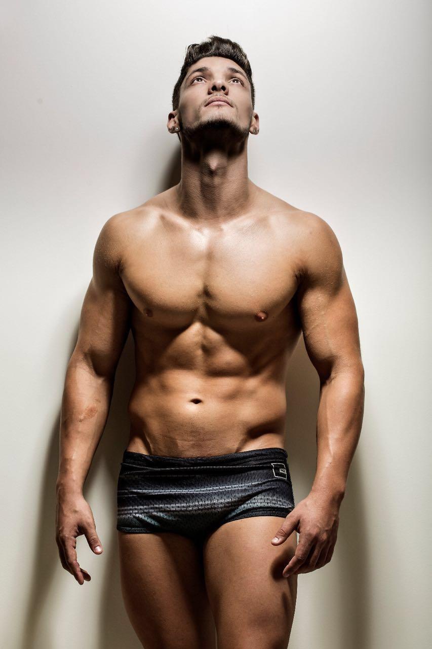 Candidato a Mister Brasil 2016, Felipe Cerutti mostra o corpo sarado em ensaio. Foto: Ronaldo Gutierrez