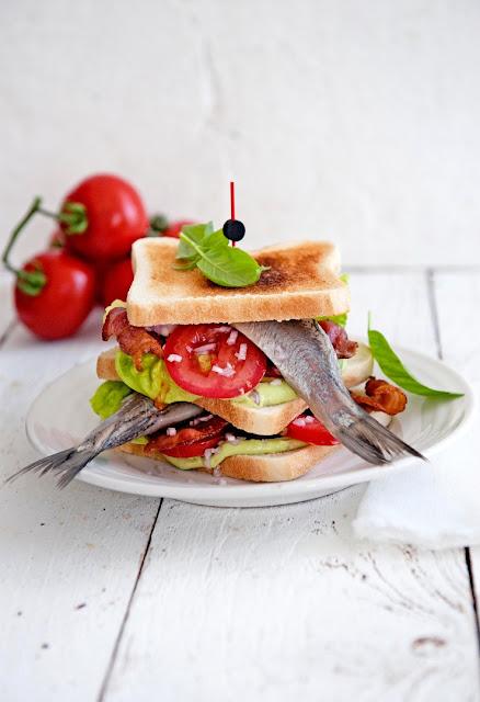 Sandwich mit Matjes, Avocado-Mayonnaise und Knusperspeck