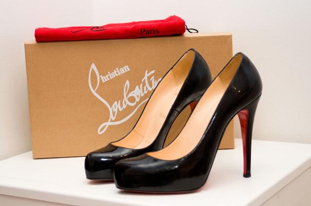 pudełko do butów od Christian Louboutin i czarne szpilki