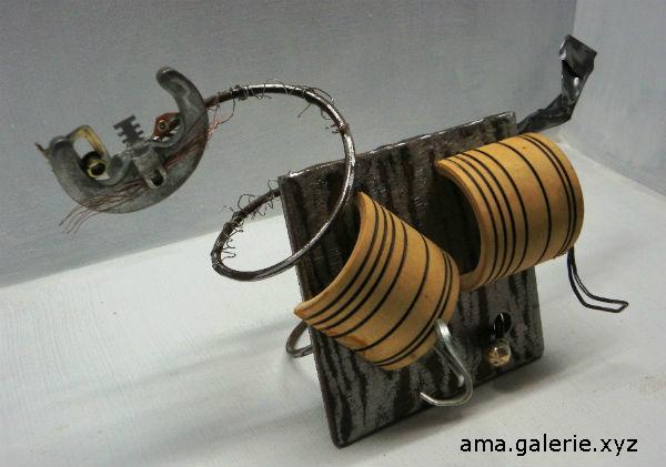 Chatourne sculpture en ressorts de matelas recyclés par Ama