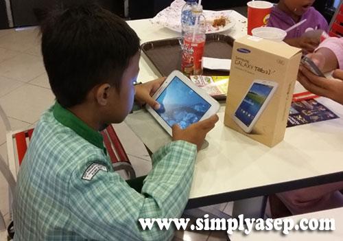 """SERU :  Samsung Galaxy Tab 3V ini memang bisa menjadi teman anda """"ngantor"""" di mana mana, tetapi juga menjadi sarana hiburan dan rekreasi seperti yang sedang dipakai oleh anak saya ini. Foto Asep Haryono/www.simplyasep.com"""