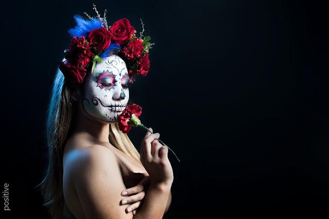 Catrina, la diosa de la muerte, que se venera en México y América Central durante el Día de los Muertos. Modelo maquillada con flor