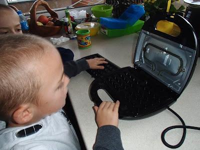 dzieci pomagają w kuchni, dzieci gotują, robimy bitą śmietanę, robimy ciasto na gofry, słodka kolacja