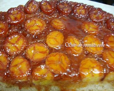 Bolo de laranja com calda caramelada de banana