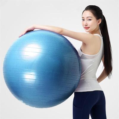 tập yoga với bóng tại nhà
