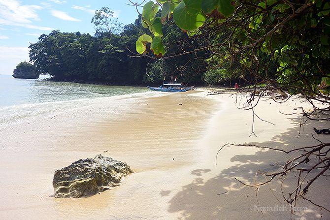 Pesisir Pantai Karang Bolong Nusakambangan