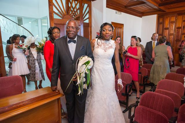 la mariée arrive au bras de son père à la mairie guadeloupe
