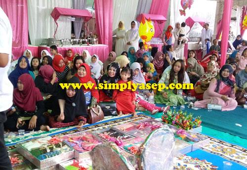 LESEHAN:  Keluarga kedua mempelai dan para undangan duduk lesehan di lantai yang sudah dialasi dengan permadani dan karpet tebal. Foto Asep Haryono