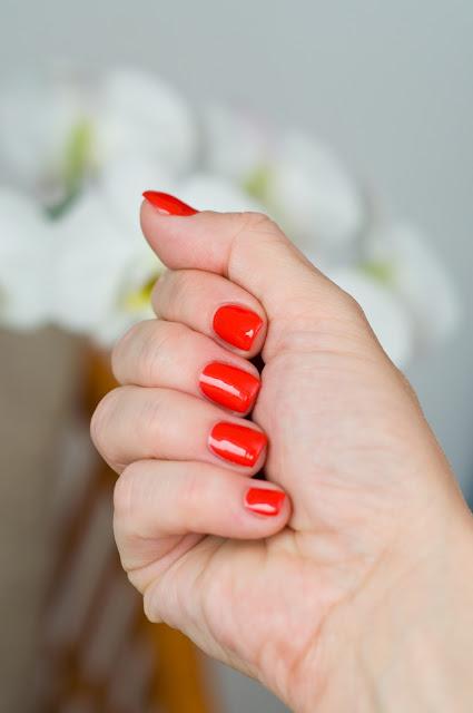 Semilac czerwony lakier na paznokciach