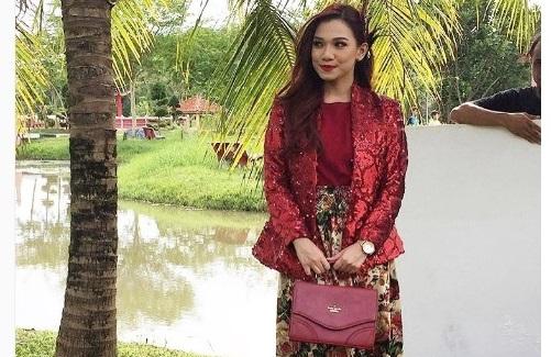 Sinopsis telemovie Cikgu Dina Pakai Prada TV9, pelakon dan gambar telemovie Cikgu Dina Pakai Prada TV9