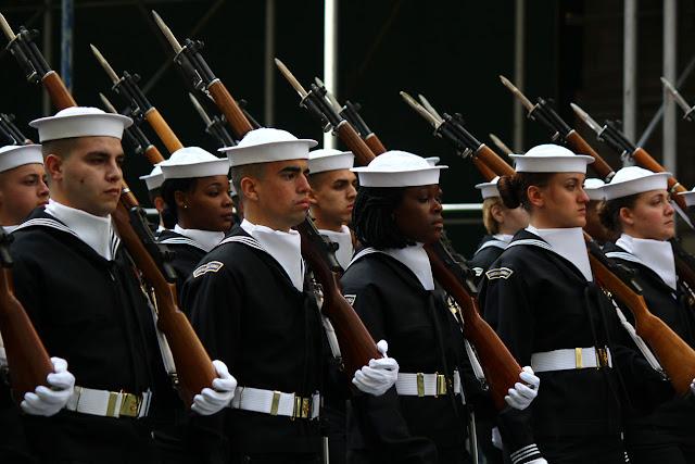 grupo de militares defilando en el Día de San Patricio en la ciudad de Nueva York