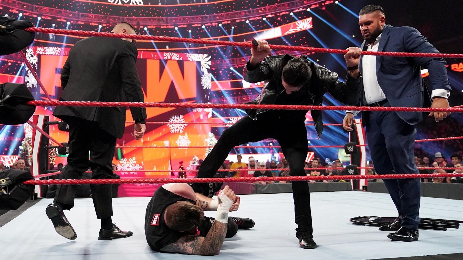 Kevin Owens mostra lesões sofridas durante o último RAW