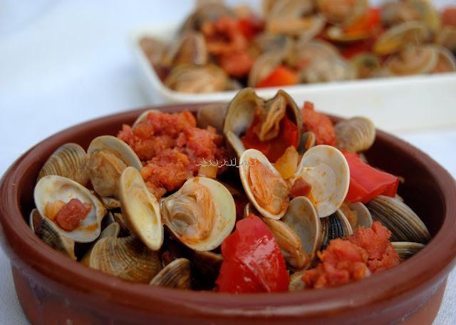 Guiso de almejas con chorizo portugués.