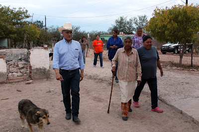 Recorre Alcalde Ramón Díaz comunidades de Huatabampo beneficiadas con el suministro de agua del reservorio