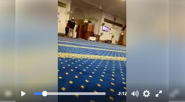 [VIDEO] Warga Emas DIPUKUL DENGAN KERUSI Oleh Remaja Ketika BERZIKIR Di Dalam Masjid (SEBARKAN SUPAYA PELAKU DITANGKAP)