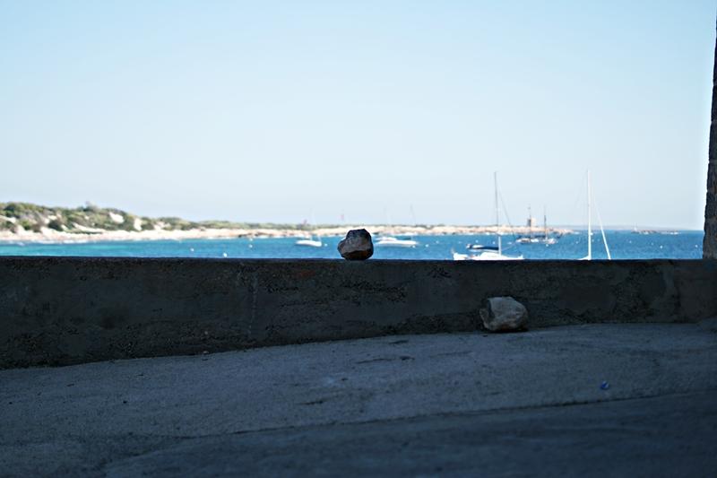 Blog + Fotografie by it's me! - Ses Salines, Ibiza - Schattenplatz mit Blick aufs Meer