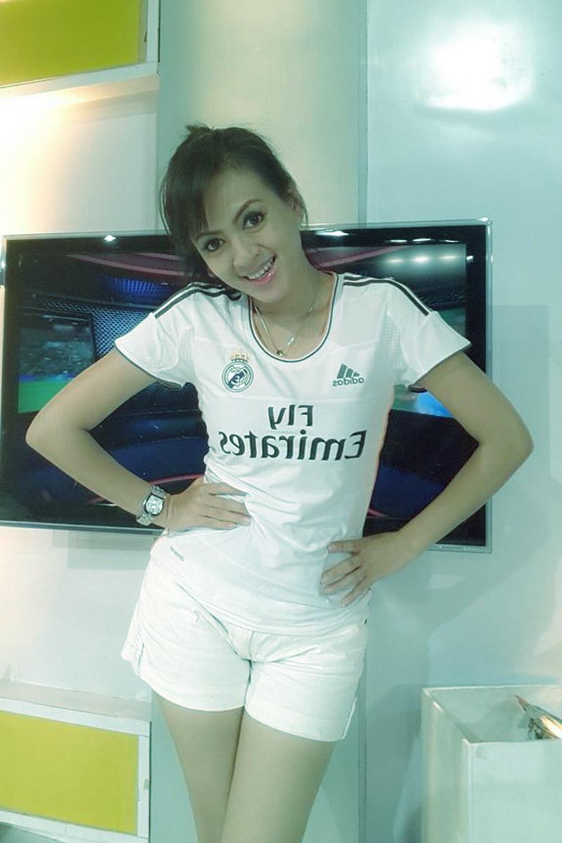 Yeyen Lidya manis dengan Jersey Real Madrid yang seksi dan manis abis