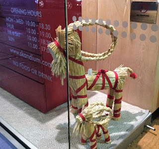 Pic of two straw goats in shop window - two different sizes